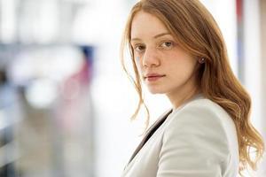 porträtt av ung kvinna foto
