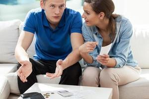 ungt äktenskap med räkningar att betala foto