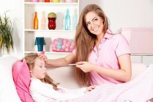 mamma med sjukt barn hemma foto