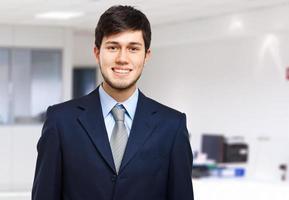 ung affärsman på sitt kontor foto