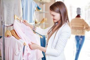 kvinna shopping foto