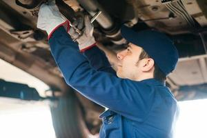 mekaniker som reparerar en bil foto
