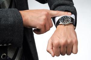 affärsman tittar på tid vid sina armbandsur foto