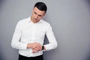 porträtt av en fundersam affärsman med armbandsur foto