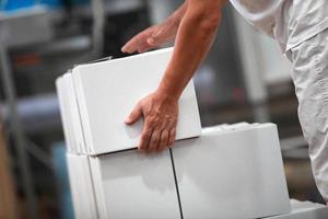 manuell arbetare som arbetar med lådor i fabriken foto