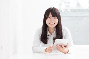 ung flicka med digital tablet foto