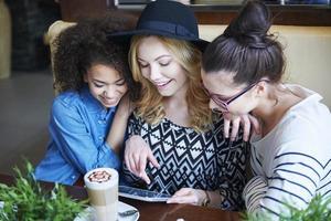 gratis och snabbt internet i kafé foto