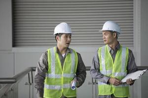 två asiatiska industriella ingenjörer på jobbet foto