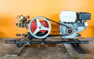 motor av motorbåt med lång svans som väntar på reparation foto