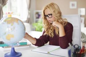 fokus tjej studera jordklot hemma foto
