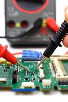 ingenjör kontrollerar elektronisk komponent foto