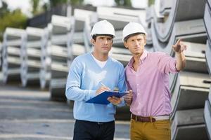 arkitekter som inspekterar lager på plats foto