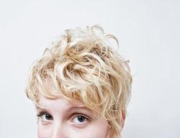 närbild blond tjejhuvud - lockigt hår foto