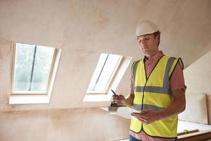 byggnadsinspektör tittar på ny fastighet foto