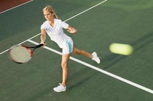 tennisspelare som svänger på bollen foto