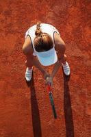 ganska kvinnlig tennisspelare som spelar en match foto