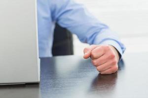 arg affärsman dunker bordet foto