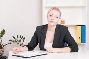 missnöjd arbetsgivarkvinna under intervju på kontoret foto