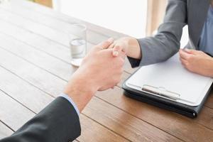 affärskvinna som skakar hand med en affärsman foto