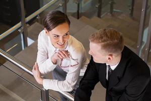attraktiv affärskvinna som förvärvar sin medarbetare foto