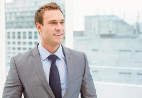 smart ung affärsman i kostym foto