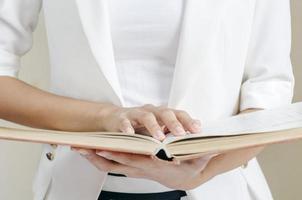 läser en manual foto