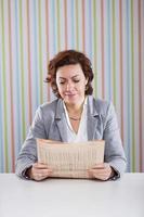 affärskvinna som läser tidningen foto