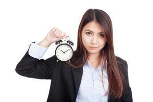 ung asiatisk affärskvinna med väckarklocka foto