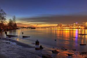 solnedgång glöd med stadsljus på nyårsdagen foto