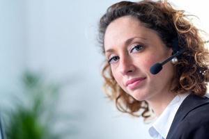 porträtt av en vacker ung kvinna telefonoperatör foto