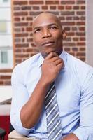 tankeväckande affärsman som tittar upp på kontoret foto