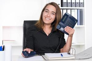 ung kvinna håller en telefon foto
