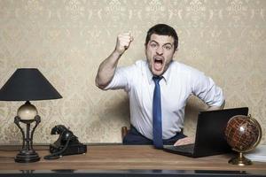 mycket arg affärsman som skriker foto