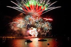 firandet av det nya året, fyrverkeri över havet foto