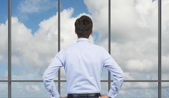 affärsman som ser till himlen foto