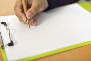 man skriver på blankt papper