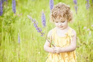 vacker flicka stående i fältet. foto