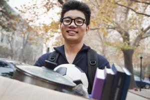 student framför sovsal på college foto