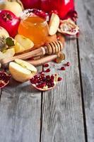 granatäpple, äpplen och honung bakgrund foto