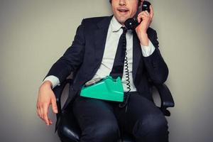 irriterad affärsman i telefon