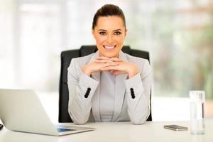 affärskvinna som sitter på kontoret foto