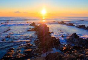 vacker soluppgång över krita sedimentär bergskustlinje foto