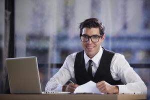affärsman som sitter på sitt kontor foto