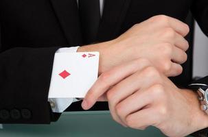 affärsman med spelkort i ärmen