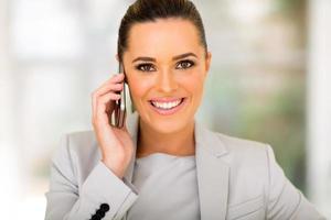 företagsledare talar i mobiltelefon foto
