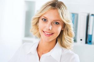 ung affärskvinna leende foto