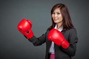 asiatisk affärskvinna med boxningshandskar foto