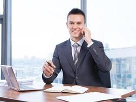 ung affärsman som arbetar på kontoret foto