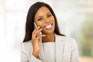 ung afro amerikansk kvinna som pratar i mobiltelefon foto