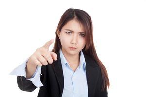 ung asiatisk affärskvinna mycket arg pekar på kameran foto